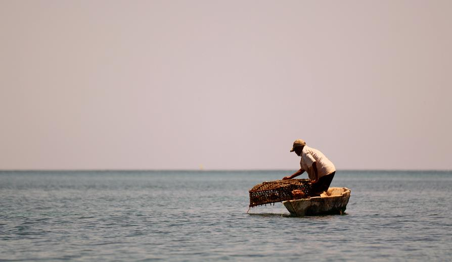 Fisherman with a trap, Wasini Marine Park (Kenya) © Frédéric Le Manach