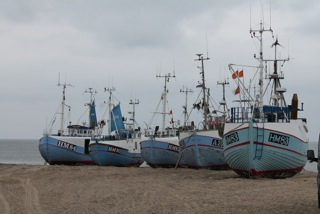 Bateaux de pêche à Thorup Strand, Jutland du Nord, Danemark. ©Alyne Delaney A Thorup Strand, une vingtaine de pêcheurs se sont rassemblés en coopérative et ont acheté des quotas pour 6 millions d'euros. Ils ont ainsi pu faire obtenir des quotas à des jeunes et des petits pêcheurs qui n'auraient pas pu emprunter auprès de banques