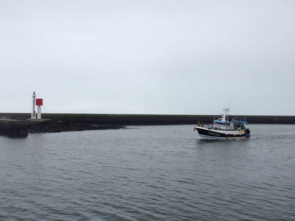 Bateau de pêche rentrant au port, Le Guilvinec ©Charlène Jouanneau