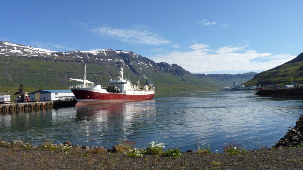 Bateau de pêche au port de Reyðarfjörður, Islande ©Jeff Jouanneau